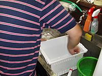冷蔵庫のパーツクリーニング